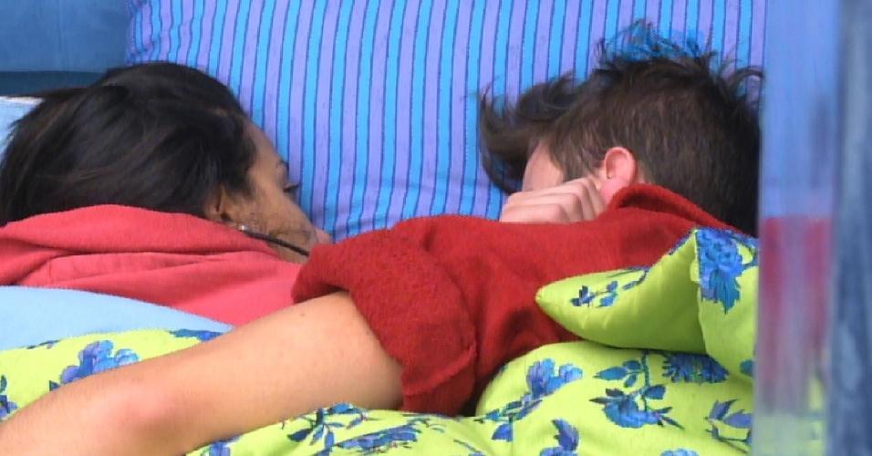 """2.fev.2015 - Talita e Rafael curtem a manhã preguiçosa desta segunda-feira. """"A gente tem que parar de fazer essas coisas..."""", inicia o brother"""