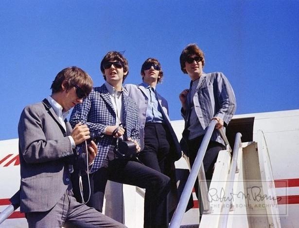 Coleção de fotos raras dos Beatles e dos Rolling Stones durante turnês nos EUA, na década de 1960, está à venda no eBay. Na imagem, Beatles desembarcam de avião em 1964