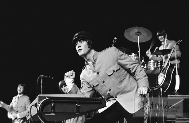 Coleção de fotos raras dos Beatles e dos Rolling Stones durante turnês nos EUA, na década de 1960, está à venda no eBay. Na imagem, Beatles durante apresentação em 1965