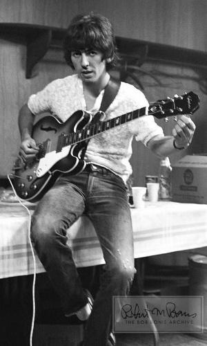 """Coleção de fotos raras dos Beatles e dos Rolling Stones durante turnês nos EUA, na década de 1960, está à venda no eBay. Na imagem, George Harrison em """"backstage"""" de show"""