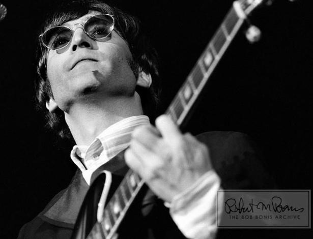 Coleção de fotos raras dos Beatles e dos Rolling Stones durante turnês nos EUA, na década de 1960, está à venda no eBay. Na imagem, John Lennon durante show na Filadélfia, em 1966
