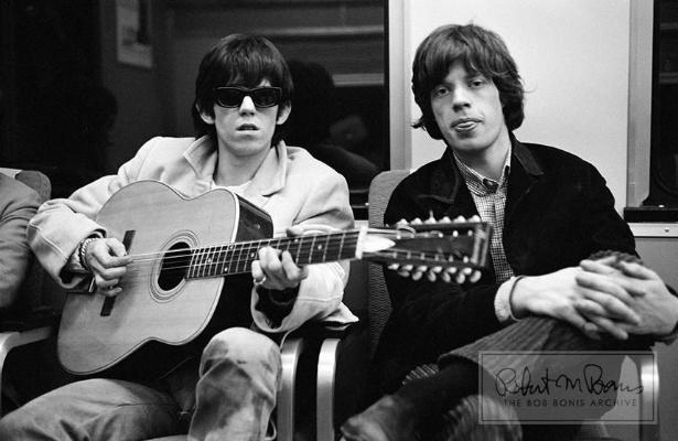 Coleção de fotos raras dos Beatles e dos Rolling Stones durante turnês nos EUA, na década de 1960, está à venda no eBay. Na imagem, Keith Richards e Mick Jagger em 1965
