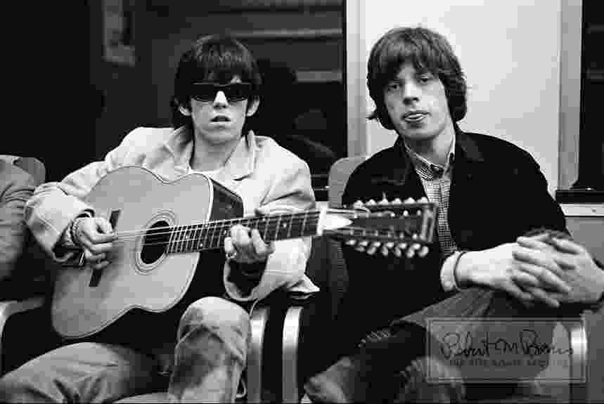 Coleção de fotos raras dos Beatles e dos Rolling Stones durante turnês nos EUA, na década de 1960, está à venda no eBay. Na imagem, Keith Richards e Mick Jagger em 1965 - Bob Bonis/eBay