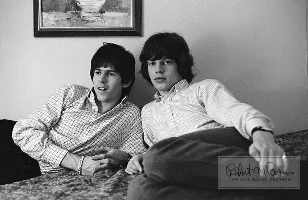 Coleção de fotos raras dos Beatles e dos Rolling Stones durante turnês nos EUA, na década de 1960, está à venda no eBay. Na imagem, Keith Richards e Mick Jagger em quarto de hotel, em 1965