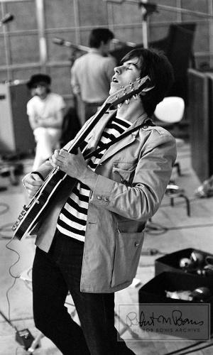 Coleção de fotos raras dos Beatles e dos Rolling Stones durante turnês nos EUA, na década de 1960, está à venda no eBay. Na imagem, Keith Richards toca guitarra em estúdio, em 1965