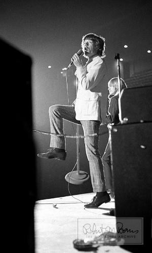 Coleção de fotos raras dos Beatles e dos Rolling Stones durante turnês nos EUA, na década de 1960, está à venda no eBay. Na imagem, Mick Jagger e Brian Jones durante apresentação dos Stones, em 1964
