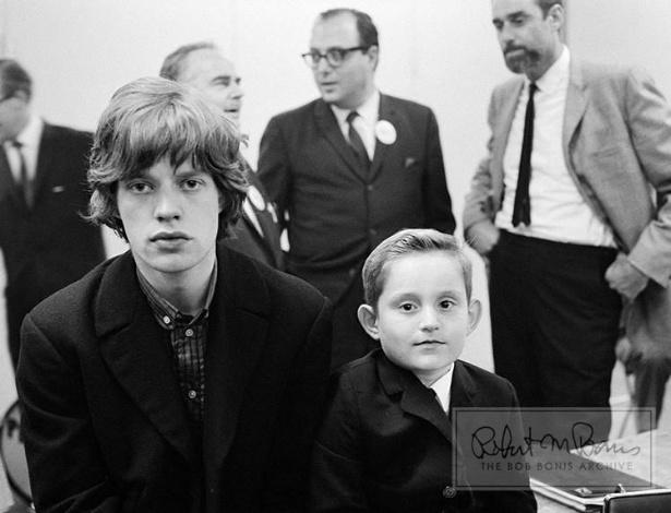 Coleção de fotos raras dos Beatles e dos Rolling Stones durante turnês nos EUA, na década de 1960, está à venda no eBay. Na imagem, Mick Jagger posa com um jovem fã em 1964