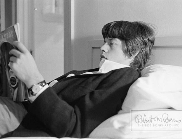 """Coleção de fotos raras dos Beatles e dos Rolling Stones durante turnês nos EUA, na década de 1960, está à venda no eBay. Na imagem, Mick Jagger relaxa lendo uma revista """"Playboy"""" em 1965"""