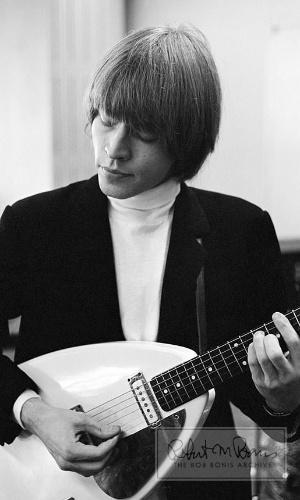 Coleção de fotos raras dos Beatles e dos Rolling Stones durante turnês nos EUA, na década de 1960, está à venda no eBay. Na imagem, o guitarrista Brian Jones em 1964