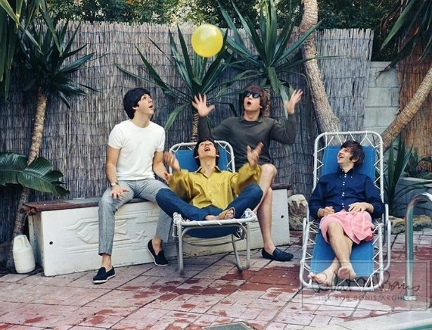 Coleção de fotos raras dos Beatles e dos Rolling Stones durante turnês nos EUA, na década de 1960, está à venda no eBay. Na imagem, os Beatles se divertem à beira de uma piscina em 1964