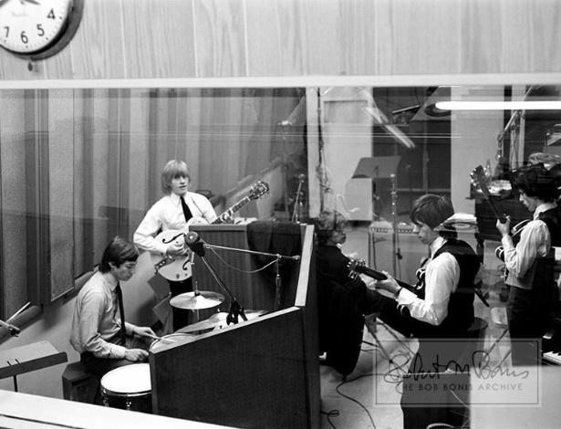 Coleção de fotos raras dos Beatles e dos Rolling Stones durante turnês nos EUA, na década de 1960, está à venda no eBay. Na imagem, os Rolling Stones gravando nos estúdios da Chess Records, em Chicago, em 1964