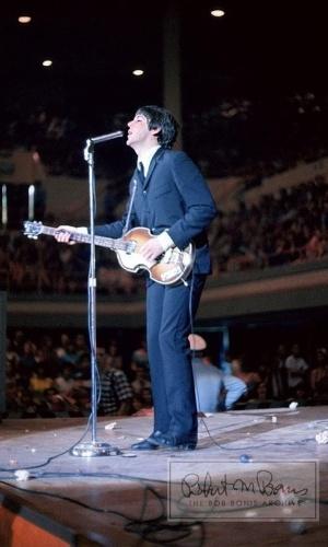 Coleção de fotos raras dos Beatles e dos Rolling Stones durante turnês nos EUA, na década de 1960, está à venda no eBay. Na imagem, Paul McCartney durante show dos Beatles em Houston, Texas, em 1965