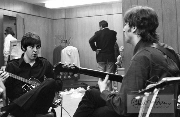 Coleção de fotos raras dos Beatles e dos Rolling Stones durante turnês nos EUA, na década de 1960, está à venda no eBay. Na imagem, Paul McCartney e John Lennon pouco antes de show em 1966