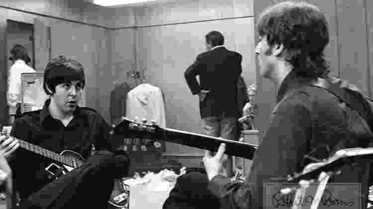 Coleção de fotos raras dos Beatles e dos Rolling Stones durante turnês nos EUA, na década de 1960, está à venda no eBay. Na imagem, Paul McCartney e John Lennon pouco antes de show em 1966 - Bob Bonis/eBay - Bob Bonis/eBay