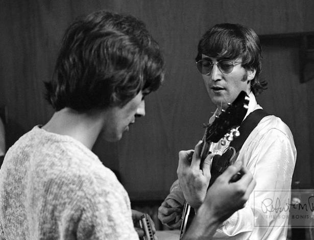 """Coleção de fotos raras dos Beatles e dos Rolling Stones durante turnês nos EUA, na década de 1960, está à venda no eBay. Na imagem,George Harrison e John Lennon em """"backstage"""" de show"""
