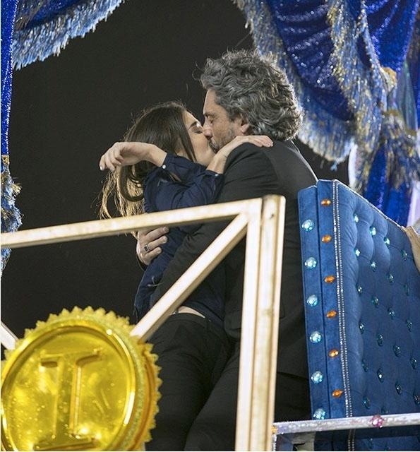 Cora é beijada por José Alfredo após salvar a vida do amado
