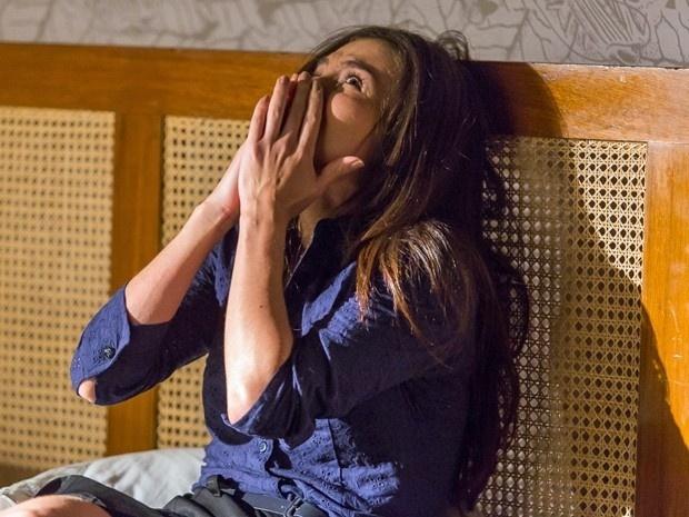 Cora fica apavorada após Reginaldo tentar agarrá-la
