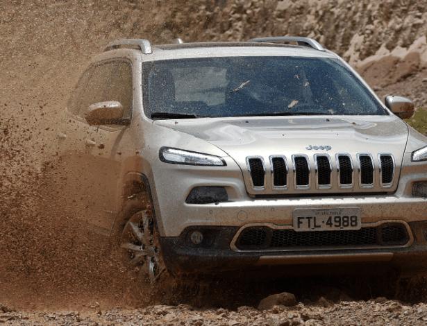 Jeep Cherokee 14-15 pode estourar o airbag sem necessidade em situações de off-road - Murilo Góes/UOL