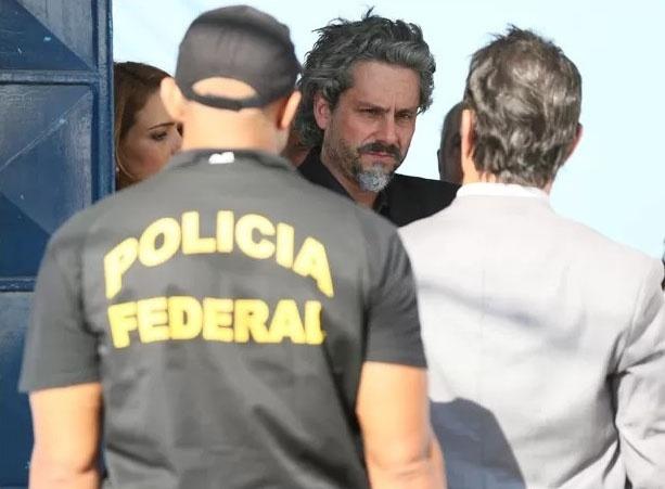 José Alfredo (Alexandre Nero) recebe voz de prisão da Polícia Federal ao ser encontrado escondido na escola de samba
