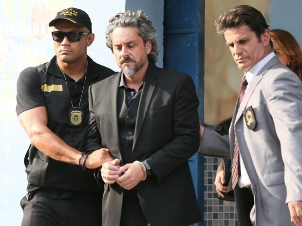 José Alfredo deixa barracão da escola de samba União de Santa Teresa algemado