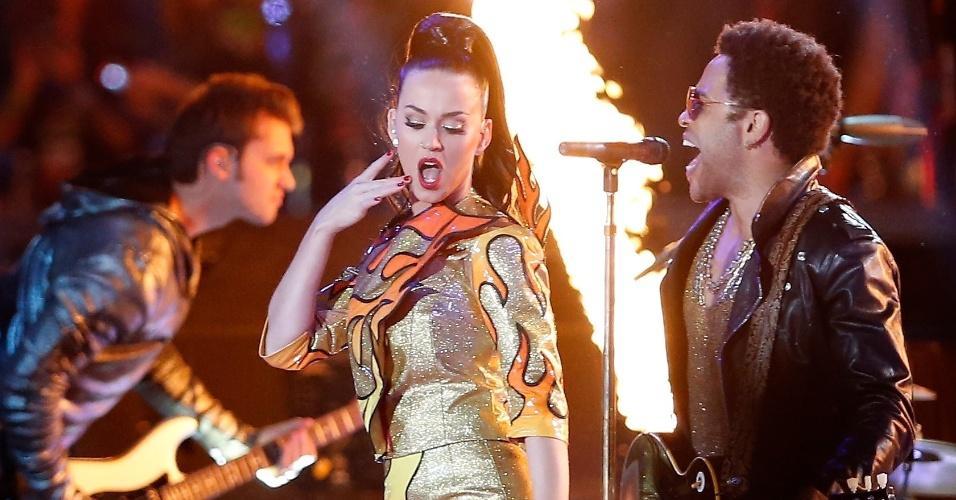 Katy Perry, durante a sua apresentação no intervalo do Super Bowl, em Glendale, no Estado do Arizona. Na imagem, ela está junto com o seu convidado, Lenny Kravitz