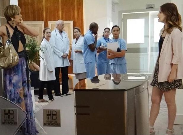 Laura (Nathalia Dill) detona Samantha (Claudia Raia) em público após flagrar a vidente beijando Caíque (Sergio Guizé)