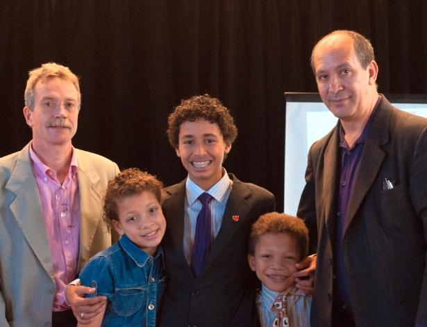 O casal David Harrad (à esquerda) e Toni Reis com os filhos adotados Jéssica, Alyson e Filipe (da esquerda para a direita) - João Otávio Pedroza Ferreira/Arquivo pessoal