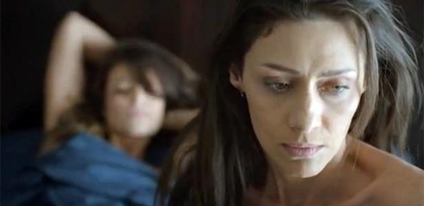Paolla Oliveira e Maria Fernanda aparecem juntas na cama em minissérie