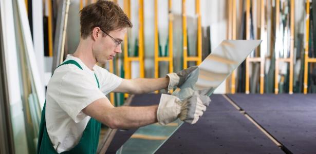 Ao contratar a vidraçaria não é só o custo que deve ser levado em conta. Atente-se! - Getty Images