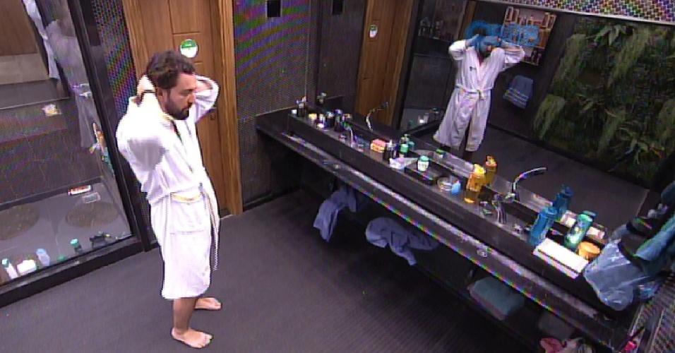 03.fev.2015 - Marco acorda ainda na madrugada, vai ao banheiro e lavo o rosto
