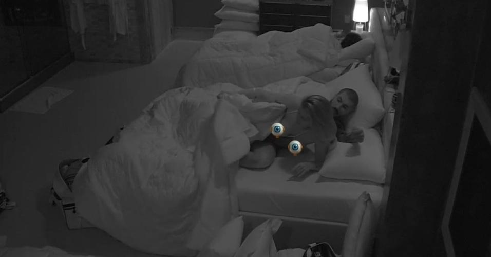 3.fev.2015 - Dormindo na mesma cama que Fernando, Aline acorda com os roncos de Mariza. Ao se levantar, a sister se descuida e deixa os seios à mostra