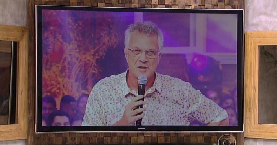 3.fev.2015 - O apresentador Pedro Bial faz o primeiro contato com os emparedados Douglas e Adrilles no