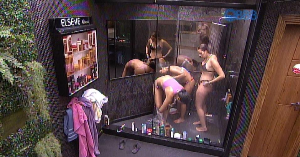 3.fev.2015 - Talita, Amanda e Tamires tomam banho juntas no