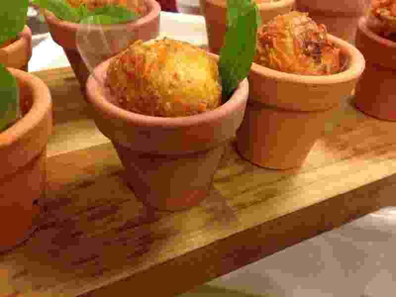 Bolinho de milho com recheio de catupiry com cabelinho de anjo do Angel?s Kitchen - Divulgação