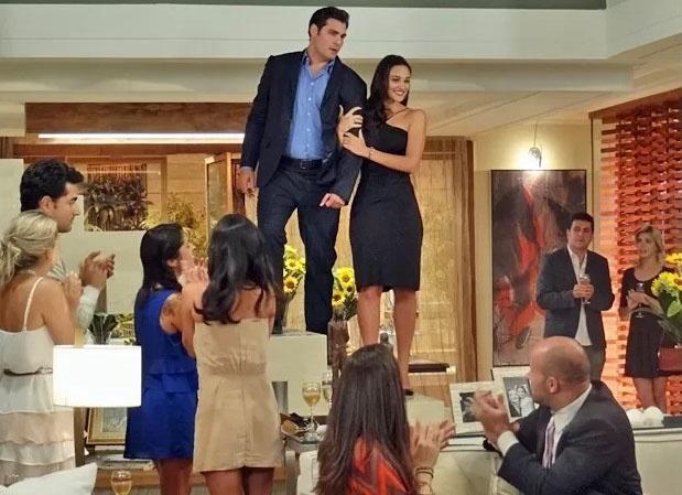 Marcos (Thiago Lacerda) é obrigado a anunciar casamento com Sueli (Débora Nascimento)