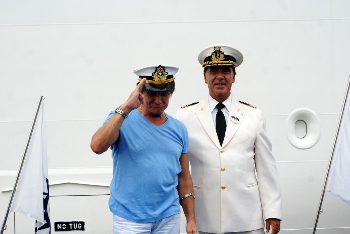 04.fev.2015 - Roberto Carlos foi recepcionado pelo comandante do navio