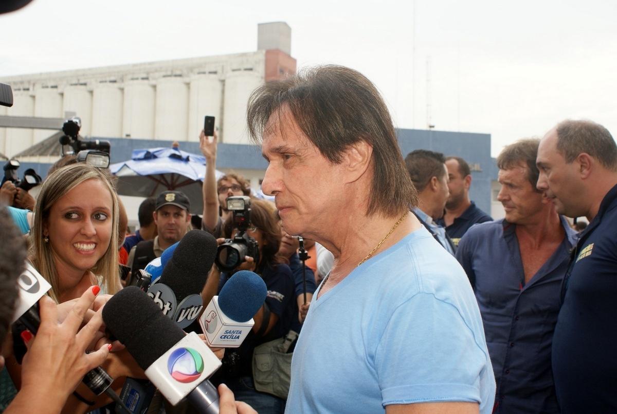 04.fev.2015 - Ao chegar no navio, o rei Roberto Carlos respondeu algumas perguntas dos jornalistas