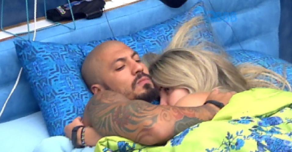 """4.fev.2015 - Abraçado com Aline, Fernando se declara: """"Gosto tanto do meu amor, meu amorzinho"""""""