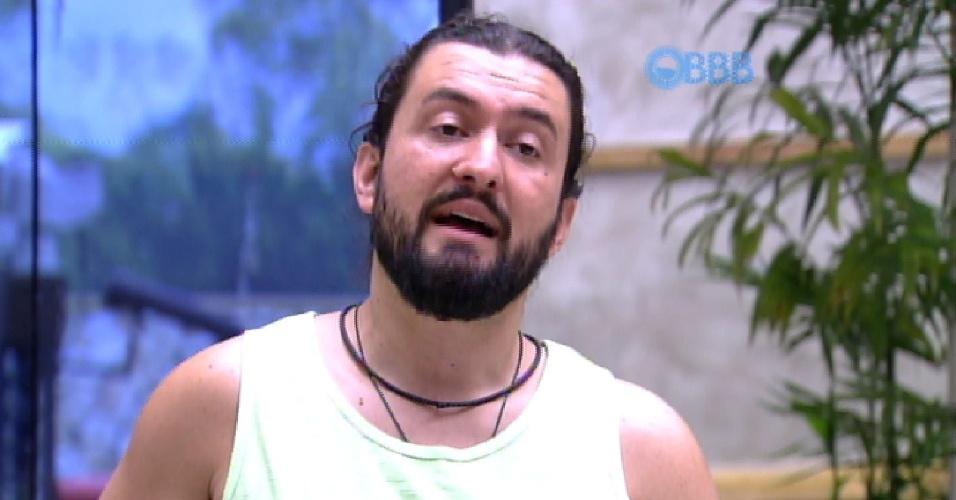 4.fev.2015 - Marco conversa sobre relações homoafetivas com Adrilles e os dois discordam de opinião