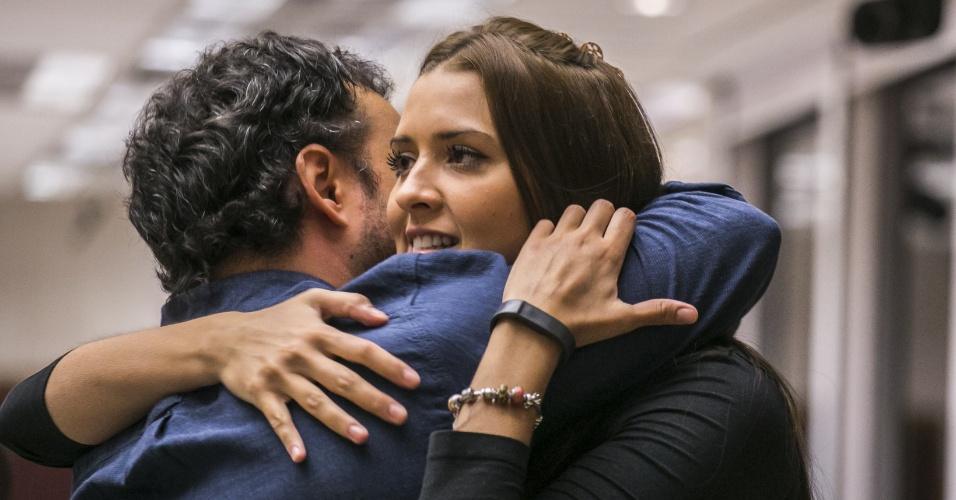 4.fev.2015 - Adrilles abraça sua musa inspiradora, Tamires, após saber que permanecerá na casa do