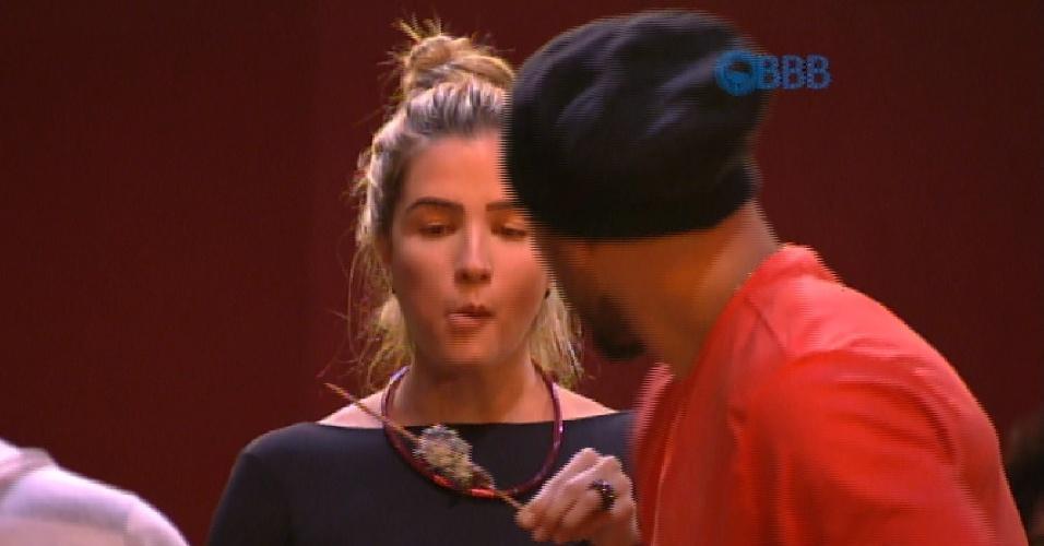 """4.fev.2015 - Aline come espetinho em churrasco do """"BBB15"""""""