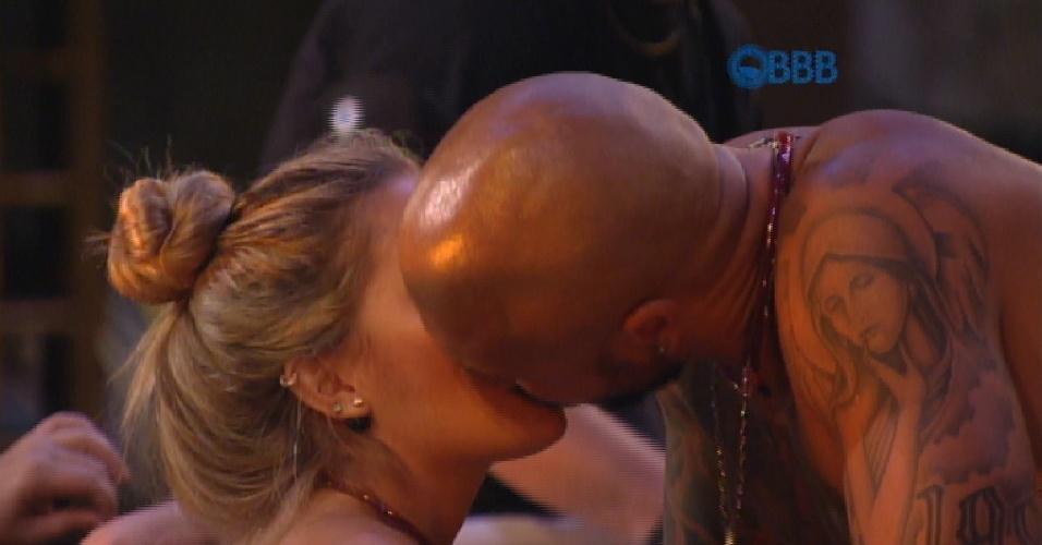 4.fev.2015 - Aline e Fernando se beijam durante churrasco na laje
