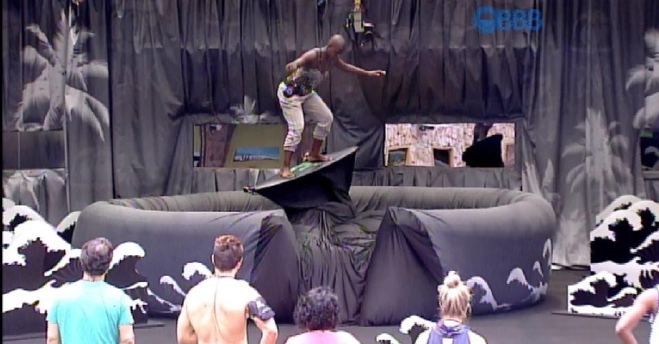 """4.fev.2015 - Angélica surfa em prancha mecânica durante ação promocional no """"BBB!5"""""""