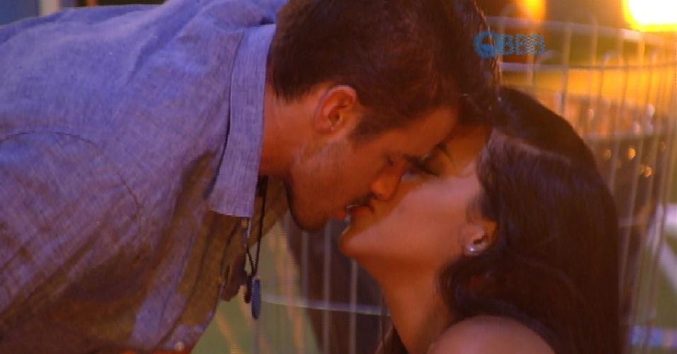 4.fev.2015 - Ao som de pagode, Rafael e Talita se beijam durante churrasco na laje