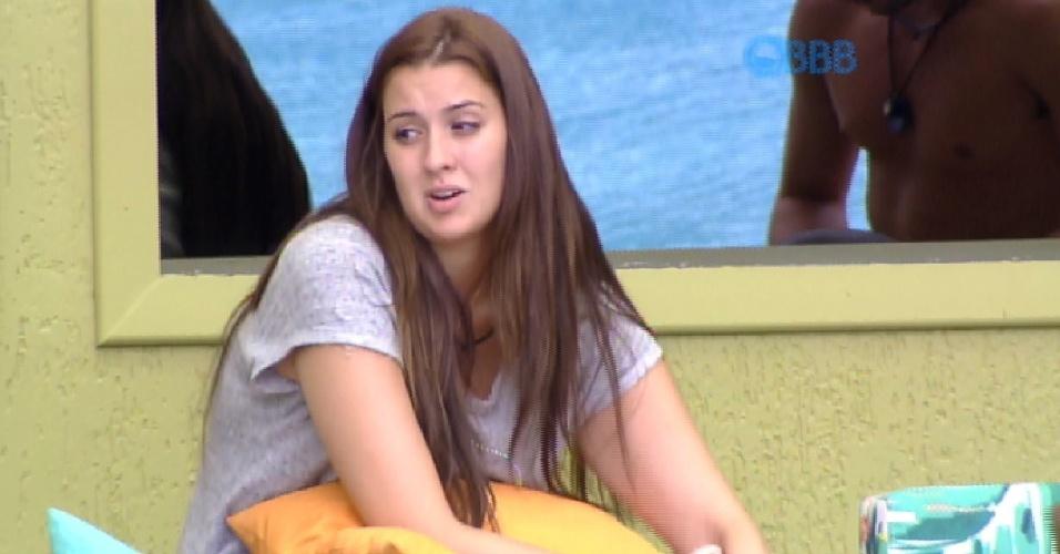 4.fev.2015 - Em conversa na tarde desta quarta-feira, Tamires faz críticas a Fernando