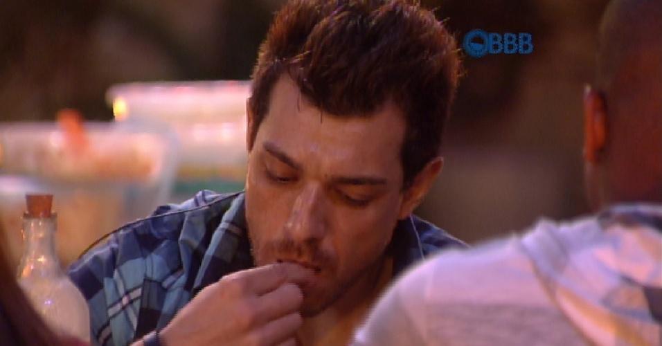 4.fev.2015 - Há duas semanas sem carne, Cézar comemora churrasco
