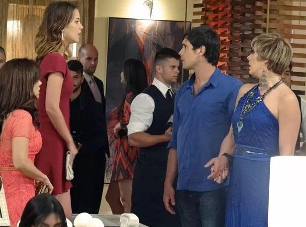 4.fev.2015 - Laura (Nathalia Dill) fica chocada ao ver Caíque (Sergio Guizé) e Samantha (Claudia Raia) de mãos dadas