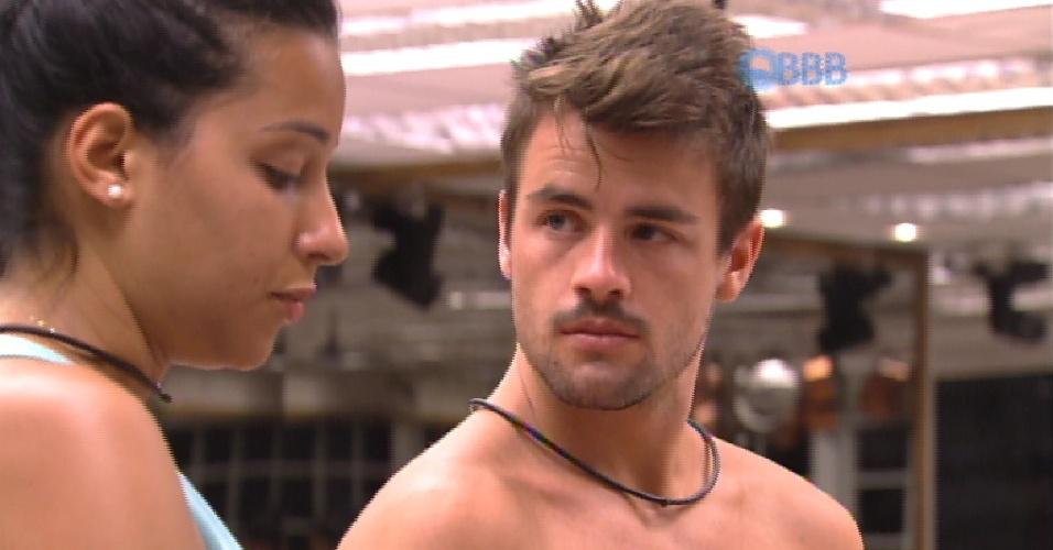 4.fev.2015 - Talita e Rafael discutem na cozinha do