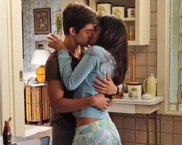 4.fev.205 - Alessandra (Julia Dalavia) e Otávio (José Victor Pires) se beijam momentos antes de Serginho (João Vithor Oliveira) chegar
