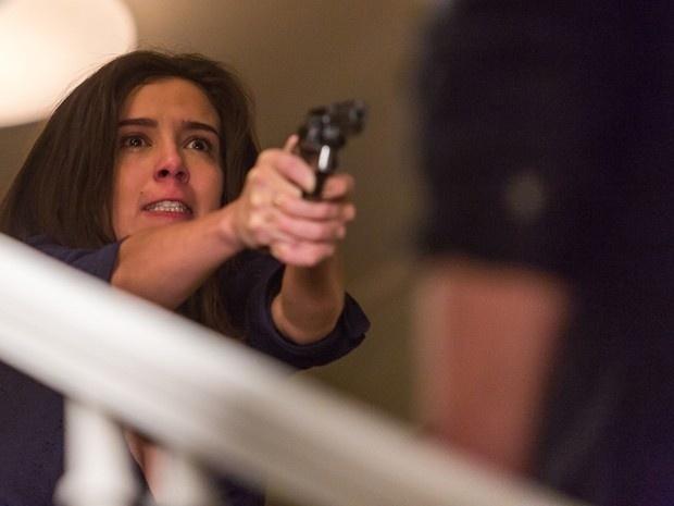Cora mata Reginaldo com a arma dele e depois diz à polícia que agiu em legítima defesa